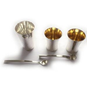 Silberbecher und Silberlöffel